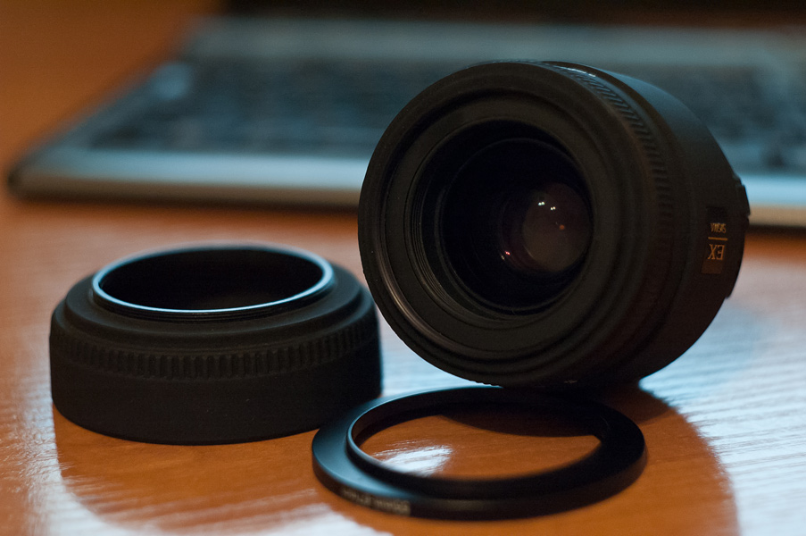 Фото объектива Sigma 50mm f2.8 macro (передняя линза, бленда, переходник для фильтра)