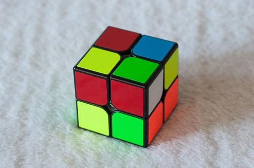Кубик смотрит белой стороной вправо. L'UL
